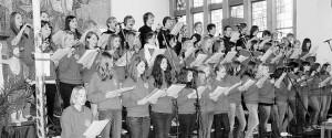 """Große Begeisterung löste der seit nunmehr zehn Jahren bestehende Teenie-Chor unter Leitung von Wolfgang Ziegler bei seinem """"besonderen Konzert"""" am Sonntag in der Pfarrkirche Maria Königin aus. Die über 500 Besucher quittierten die überragenden Leistungen der 52 Sänger und Musiker mit stehenden Ovationen. Bild: du"""