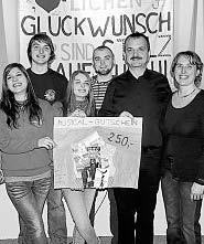 Beim Stehempfang überreichten Mitglieder des Teenie-Chors einen Musical-Gutschein im Wert von 250 Euro an Wolfgang und Sieglinde Ziegler (rechts). Bild: du