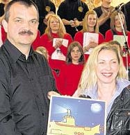 B 1-Moderatorin Petra Mentner überreichte Chorleiter Wolfgang Ziegler die Urkunde des Bayerischen Rundfunks. Bild: du