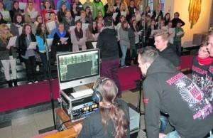 """Für den Teeniechor von Leiter Wolfgang Ziegler bedeuteten die Aufnahmen für das """"Weissglut""""-Video Neuland. Die Band (rechts) war dazu selbst nach Schirmitz gekommen. Bild: du"""