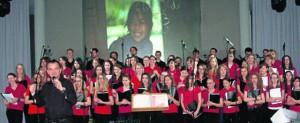 """Damit auch jeder im Publikum wusste, für wen Wolfgang Zieglers Truppe sang, liefen im Hintergrund Bilder aus einer Schule in Laos, die von der Stiftung """"Engel für Kinder"""" unterstützt wird. Bild: sei"""