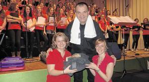 Udo Jürgens lässt grüßen: Wie bei dem Schlagerstar überreichten zwei Sängerinnen an Wolfgang Ziegler für seine schweißtreibende Arbeit ein weißes Handtuch, einen grauen Bademantel sowie einen Gutschein für ein Wellness-Wochenende. Bild: du