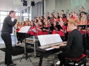 """Der Teeniechor bot Gospel- und Pop-Lieder dar. Chorleiter Wolfgang Ziegler sprang nach """"Jump"""" in die Höhe. Der Einsatz lohnte sich. Für die Stiftung """"Engel für Kinder"""" kamen 2500 Euro zusammen. Bild:sei"""