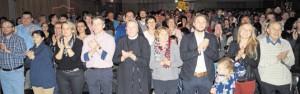 Vom Pfarrer bis zur Ordensfrau und vom Bürgermeister bis zur Schulleiterin waren die Zuhörer von den Darbietungen des Teeniechors restlos begeistert und spendeten im Stehen lang anhaltenden Schlussbeifall.