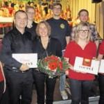 Drei Sängerinnen dankten Wolfgang Ziegler und Ehefrau Sieglinde, die Querflöte spielt, sowie Jenny Spitzner (Piano), Werner Riedl (Schlagzeug) und E-Gitarrist Florian Bösl (hinten, von links) mit Geschenken.