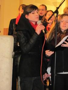 Teeniechor Solistin Tine Steinhauser in Mantel
